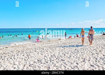 Riviera Maya, Mexique - 28 décembre 2019: Les touristes visitent la plage de Riviera Maya sur la côte des Caraïbes de Cancun, Mexique, dans la péninsule du Yucatan.
