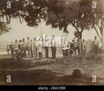 Guerre civile DES ÉTATS-UNIS. L'artillerie confédérée près de Charleston, S.C. en 1863. Le contre-amiral Samuel Dupont commanda une flotte de la marine américaine qui arriva de Charleston au début de 1863. Les troupes et l'artillerie confédérés de Charleston ont limité l'invasion terrestre américaine à l'île Morris. Photo de George Cook (BSLOC 2018 8 93)