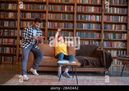 Deux jeunes hommes étudient avant les examens et s'ennuient Banque D'Images