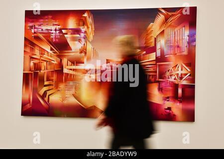 Mouvement flou de personne marchant devant des peintures modernes au Musée «de Fundatie» à Zwolle aux Pays-Bas Banque D'Images