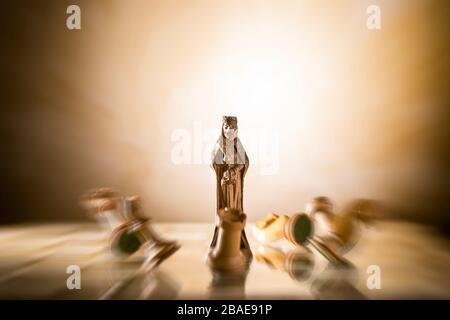 Сhess comme concept abstrait. Magnifique jeu d'échecs anciens sur le plateau d'échecs en marbre.