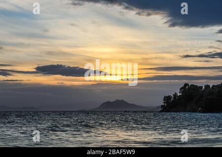 Un superbe coucher de soleil sur la mer à l'île de Skiathos en Grèce Banque D'Images