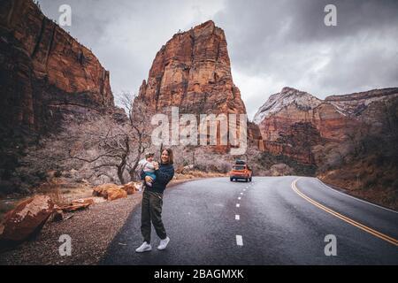 Une femme avec un enfant marche dans le parc national de Zion, Utah
