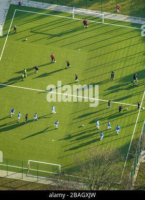 Jeu de football sur un terrain artificiel à Dortmund, 19.01.2014, vue aérienne, Allemagne, Rhénanie-du-Nord-Westphalie, Ruhr Area, Dortmund