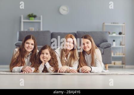 Bonne Fête Des Mères. Une mère et trois filles tout en restant à l'étage de la chambre.