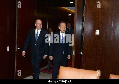 Manhattan, États-Unis d'Amérique. 24 octobre 2016. NEW YORK, ÉTATS-UNIS - 24 OCTOBRE : le Secrétaire général de l'ONU Ban Ki-moon se réveille avec le Prince de Monaco Albert II lors d'une réunion au Siège de l'ONU le 24 octobre 2016 à New York, États-Unis population : Prince de Monaco Albert II, Ban Ki-moon transmission Ref: MNC1
