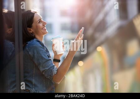 Portrait de la jeune femme dans la zone urbaine