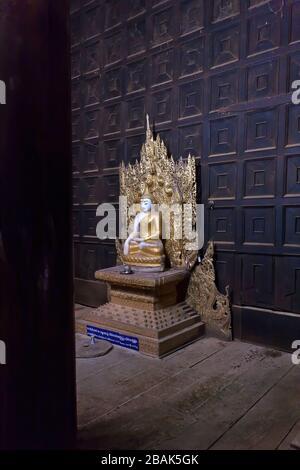 Statue de couleur dorée de Bouddha assis dans le monastère de Bagaya, Kyaukse, Mandalay, Myanmar Banque D'Images