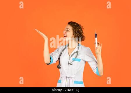 injection contre le coronavirus. épidémie de virus. vaccination contre l'immunité. infirmière en uniforme. Le médecin donne le vaccin. Concept HPV. Médecin avec syrinin Banque D'Images