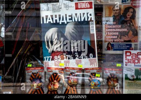 Moscou, Russie. 28 mars 2020 fenêtre d'un kiosque de discussion au centre de Moscou tabloïdes avec les gros titres sur l'épidémie de coronavirus COVID-19 en Russie. Gros plan au centre de la photographie du magazine Ogonyok avec le titre pandémie sur la page de couverture du magazine Banque D'Images