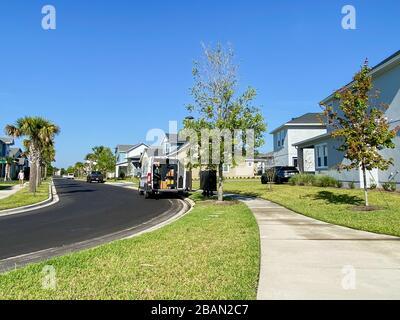 Orlando, FL/USA-1/28/20: Un service postal des États-Unis, USPS, des livraisons de camions dans la banlieue de Laureate Park, lac Nona à Orlando, F Banque D'Images
