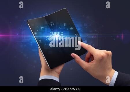 Businessman holding a smartphone pliable avec inscription DE CYBERSÉCURITÉ, cyber security concept