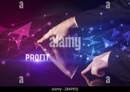 Homme d'affaires touchant un grand écran avec inscription DE PROFIT, concept d'affaires de technologie moderne Banque D'Images