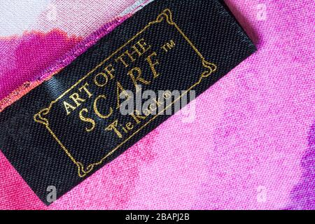 Art of the foulard Tie rack Label in woman's foulard - vendu au Royaume-Uni, en Grande-Bretagne Banque D'Images
