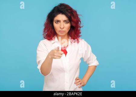 Vous choisir! Portrait d'une femme hipster avec des cheveux rouges fantaisie dans une chemise blanche pointant vers l'appareil photo et regardant avec une expression vraiment déplaisante. i Banque D'Images