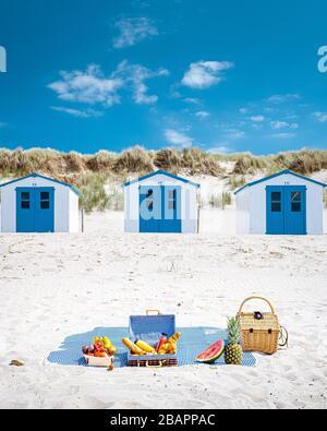 Pique-nique sur la plage Texel Pays-Bas, couple pique-nique sur la plage de Texel avec sable blanc et maison colorée