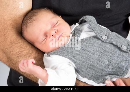 Gros plan portrait bébé nouveau-né dans les mains du père Banque D'Images