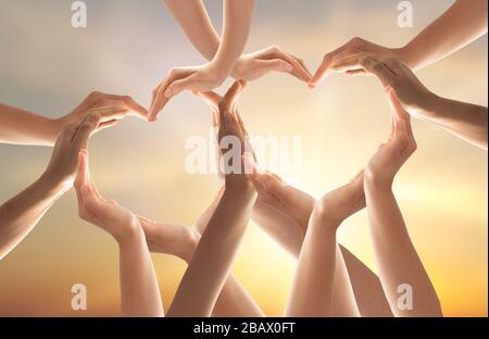 Symbole et forme du coeur créé à partir des mains.le concept d'unité, de coopération, de partenariat, de travail d'équipe et de charité. Banque D'Images