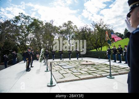 '(de gauche) le major général de l'armée américaine, le général Fran Beaudette, le premier Commandement des Forces spéciales (aéroporté); le membre du Congrès Joe Kennedy III; le Dr William Kennedy Smith; et le Sgt de commandement. Maj. Brian Rarey, 1ère SFC (A) Sergent major de commandement; participer à la 1ère cérémonie de ponte de couronne du Commandement des Forces spéciales (aéroporté) à la tombe du Président John F. Kennedy au cimetière national d'Arlington, à Arlington, en Virginie, le 25 octobre 2017. Kennedy a grandement contribué aux Forces spéciales, y compris l'autorisation du Beret vert comme chef de corps officiel pour toutes les forces spéciales de l'armée américaine. (ÉTATS-UNIS Photo de l'armée b