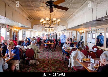 Steamboat Natchez passagers dans le restaurant à l'intérieur de la terrasse, fleuve Mississippi, la Nouvelle-Orléans, Louisiane, États-Unis.