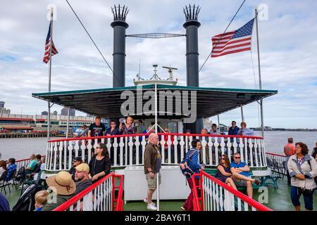 Touristes sur le pont de Steamboat Natchez, passagers en tournée, fleuve Mississippi, la Nouvelle-Orléans, Louisiane, États-Unis