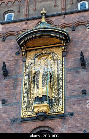 Statue dorée de Mgr Absalon, fondateur de Copenhague, sur le mur de l'hôtel de ville de Copenhague à Copenhague, Danemark, Europe