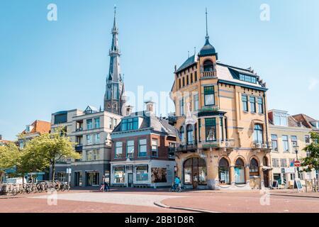Leeuwarden Pays-Bas Mai 2018, jour d'été brillant sur les canaux de la vieille ville historique Banque D'Images