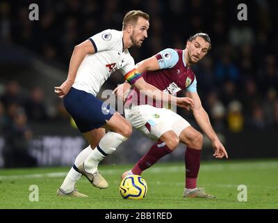 Harry Kane de Tottenham Hotspur (à gauche) et Jay Rodriguez de Burnley combattent pour le ballon Banque D'Images