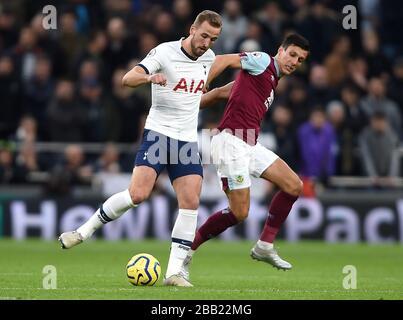 Harry Kane de Tottenham Hotspur (à gauche) et Jack Cork de Burnley se battent pour le ballon Banque D'Images