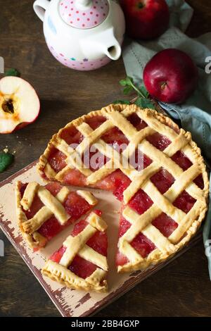 Cuisson maison. Tarte aux pommes sucrée sur une table en bois rustique.