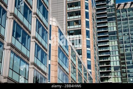Gratte-ciel de London City. Vue panoramique sur l'architecture en verre et en acier bondée du quartier financier de la ville de Londres. Banque D'Images
