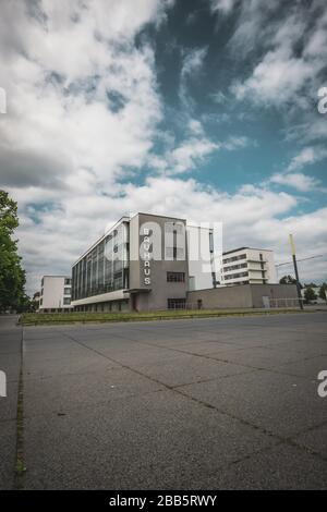 Le bâtiment emblématique de l'école d'art Bauhaus conçu par l'architecte Walter Gropius en 1925 est un chef-d'œuvre classé de l'architecture moderne, Dessau, Allemagne Banque D'Images