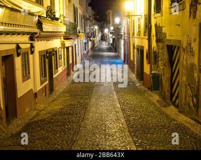 Une vue nocturne de la Rua de Santa Maria à Funchal - normalement occupé avec les vacanciers, mais déserté à cause de l'urgence sanitaire du coronavirus