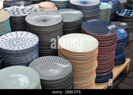 Divers types de plats et bols colorés vendus sur le marché. Banque D'Images