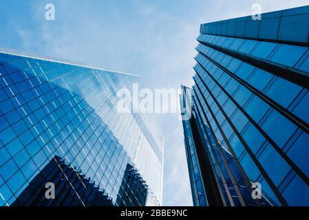 Londres, Royaume-Uni - 14 mai 2019: Vue à bas angle des immeubles de bureaux dans la ville de Londres contre le ciel bleu.