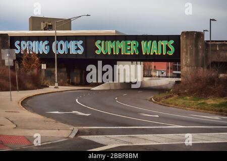 Syracuse, New York, États-Unis. 28 mars 2020. 'Spring Comes, Summer attend' , une murale de Steven Powers, sur un pont ferroviaire au-dessus de West Fayette Street dans dow Banque D'Images
