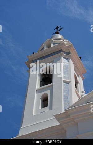 Buenos Aires, Argentine-février 2019: Vue à bas angle du clocher de la basilique historique Claustros Basilica del Pilar à côté du cimetière de Recoleta