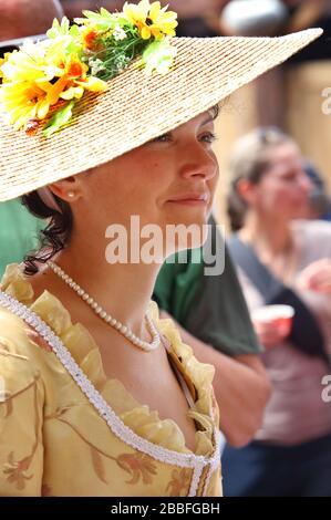 Jeune femme portant un chapeau de paille de style anglais et de brocart à la fin du XVIIIe siècle pendant des activités organisées au Festes de la Nouvelle-France (Festival de la Nouvelle-France), Québec, province de Québec, Canada Banque D'Images