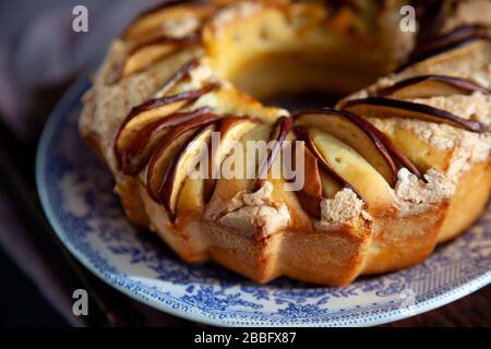 Tarte aux pommes ronde. Pâtisseries maison. Cupcake avec pommes sur une table en bois. Nourriture simple.