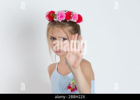 Non. Arrêter ! Closeup fille montrant la signalisation de la main pour arrêter la violence et la douleur regardant votre appareil photo avec le visage triste. Un enfant sérieux en colère montrant son discours de refus Banque D'Images