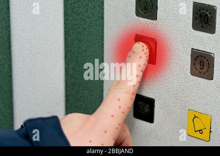L'infection virale est transmise par des objets. Le coronavirus est transmis par des objets communs. Infection virale sur les boutons de l'ascenseur Banque D'Images
