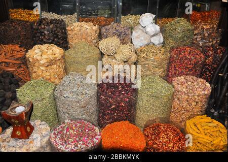 Épices parfumées à l'écran dans le marché aux épices, Dubaï. Un assortiment de noix, graines, racines et feuilles séchées faire un spectacle coloré Banque D'Images