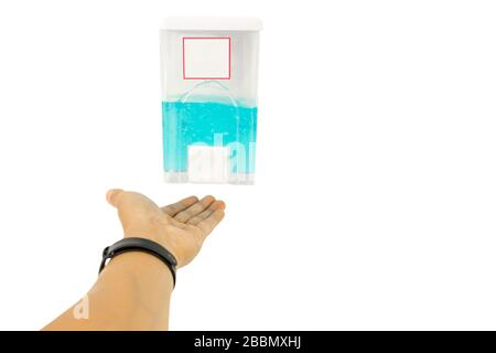 La main masculine utilisant des mains de nettoyage de gel d'alcool empêche le coronavirus. Banque D'Images