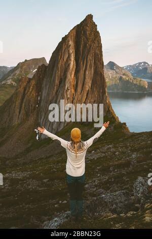 Voyageur femme a levé les mains profitant de la vue sur la montagne voyager en Norvège seul été vacances mode de vie sain plein air heureux émotions harmonie avec na Banque D'Images