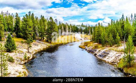 L'eau chaude du Geyser du lac Middle Chain et des sources thermales environnantes s'écoulant dans la rivière Firehole dans le parc national de Yellowstone