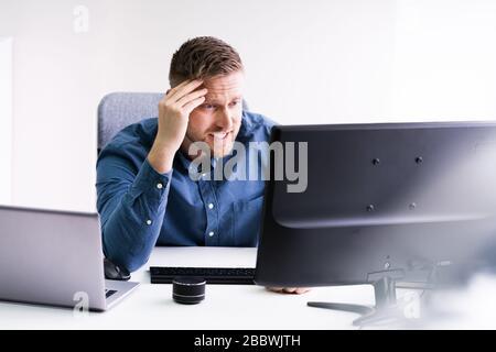 Souligné jeune homme d'affaires assis au bureau au Bureau Banque D'Images