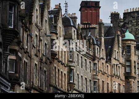 Rues vides d'Édimbourg pendant la quarantaine de Covid-19: Une rangée de maisons sur Cockburn Street