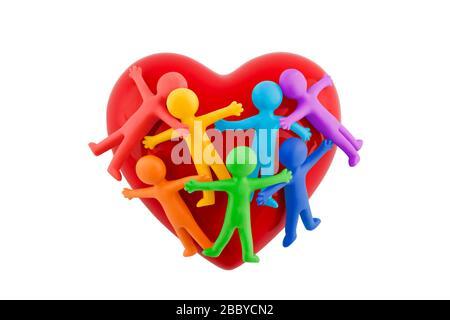Groupe de personnages colorés collés avec coeur rouge isolé sur fond blanc avec chemin de découpe Banque D'Images