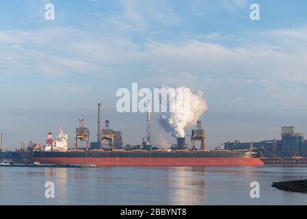 IJMUIDEN, PAYS-BAS - 6 OCTOBRE 2018 : un grand navire de fret amarré devant la Tata Steel Company Banque D'Images