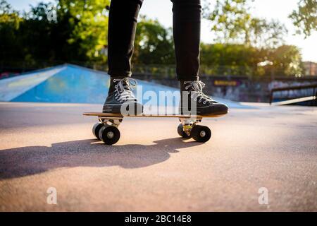 Jeune femme debout sur le skateboard